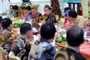 President Joko Widodo receives a number of regents at the Merdeka Palace, Jakarta, Monday (12/11). (Photo by: Rahmat/ PR Division)