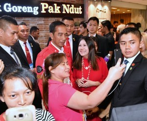 President Joko Widodo allows local residents to take pictures with him before having lunch at Bebek Goreng Pak Ndut, located in Lucky Plaza, Orchard Road, Singapore, Tuesday (13/10). (Photo by: BPMI)