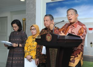 Coordinating Minister for the Economy Darmin Nasution delivers statement on the 16th Economic Policy Package, at the Presidential Office, Jakarta, Friday (16/11). (Photo by: Jay/ PR Division)