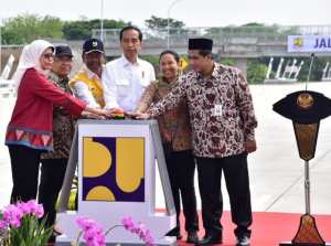 President Jokowi accompanied by Minister of State Secretary Pratikno and Deputy Governor of Central Java Taj Yasin innaugurates Sragen – Ngawi Toll Road, at Rest Area 538B, Sragen, Central Java, Wednesday (28/11). (Photo by: IST)