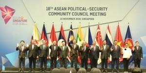 Menko Polhukam Wiranto dan Menlu Retno Marsudi berfoto bersama delegasi Pertemuan APSC ke 18 di Singapura, Selasa (13/11). (Foto: Humas Kemenko Polhukam)