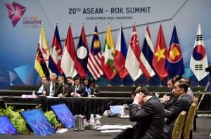 Presiden Jokowi menghadiri KTT ASEAN-Korea, di Suntec Convention Centre, Singapura, Rabu (14/11) siang. (Foto: BPMI Setpres)