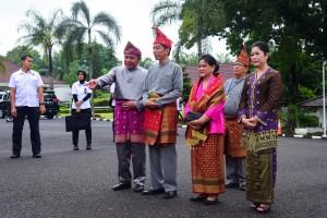 Presiden Jokowi dan Ibu Negara Iriana didampingi Gubernur Sumsel dan istri menghadiri upacara penganugerahan Gelar Kehormatan Adat Komering, di Griya Agung, Palembang, Sumsel, Minggu (25/11) pagi. (Foto: AGUNG/Humas)