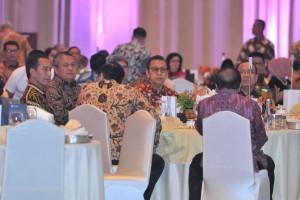 Gubernur BI Perry Warjio duduk disamping Presiden Jokowi pada Pertemuan Tahunan BI 2018, di Assembly Hall JCC, Jakarta, Selasa (27/11) siang. (Foto: JAY/Humas)