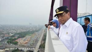Menhub Budi K. Sumadi didampingi Dirut Jasa Marga meninjau kemacetan tol Jakarta-Cikampek, Selasa (20/11). (Foto: BKIP Kemenhub)