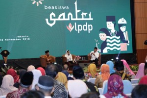 Menag Lukman Hakim Saifuddin dan Menkeu Sri Mulyani Indrawati menghadiri talkshow usai Peluncuran Program Beasiswa Santri LPDP, di Auditorium Kemenag, Jakarta, Senin (12/11) petang. (Foto: Humas Kemenag)