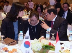 Menteri Legislasi Pemerintah Korsel Kim Oe-sook (kiri) berbincang dengan Seskab Pramono Anung di sela acara Seminar Nasional Reformasi Hukum, di Hotel Grand Hyatt, Jakarta, Rabu (28/11) siang. (Foto: Rahmat/Humas)
