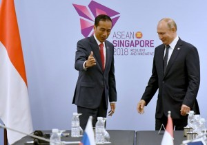 President Jokowi meets with Russian President Vladimir Putin, in Singapore on Wednesday (14/11). (Photo by: BPMI Presidential Secretariat)