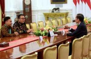 Juara dunia angkat besi Eko Yuli Irawan didampingi Menpora diterima Presiden Jokowi, di Istana Merdeka, Jakarta, Kamis (8/11) pagi. (Foto: Rahmat/Humas)