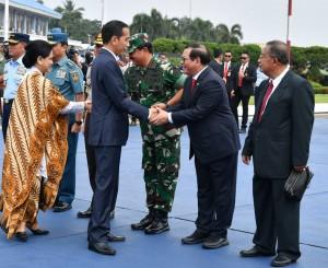 Presiden Jokowi menjabat tangan Seskab Pramono Anung sebelum bertolak ke Singapura, dari Pangkalan Udaran TNI AU Halim Perdanakusuma, Jakarta, Selasa (13/11) pagi. (Foto: Setpres)