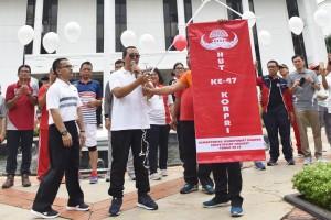 Sesmensesneg Setya Utama melepas balon sebagai tanda pembukaan HUT ke-47 KOPRI di lingkungan Lembaga Kepresidenan, di lapangan parkir Kemensetneg, Jakarta, Jumat (2/11) pagi. (Foto: Rahmat/Humas)