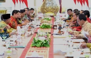 Suasana pertemuan 31 bupati dengan Presiden Jokowi, di Istana Merdeka, Jakarta, Senin (12/11) siang. (Foto: Rahmat/Humas)