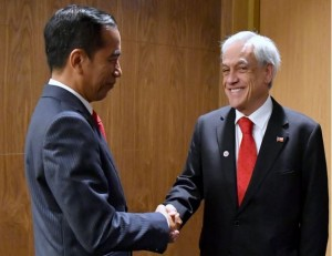 Presiden Jokowi bertemu Presiden Cile Sebastian Pinera, di sela-sela pelaksanaan KTT ke-33 ASEAN, di Singapura, Rabu (14/11). (Foto: Setpres)