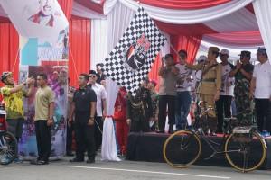Presiden melepas rombongan gowes Bandung Lautan Sepeda yang dimulai dari depan Gedung Sate, Bandung, Sabtu (10/11). (Foto: Humas/Fitri)