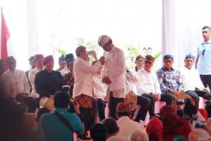 Presiden mendapat anugerah Pinisepuh dari Paguyuban Pasundan di Bandung, Jawa Barat, Minggu (11/11). (Foto: Humas/Fitri).