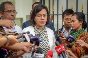 Menkeu Sri Mulyani Indrawati menjawab wartawan mengenai Dana Kelurahan, usai rapat terbatas di Istana Kepresidenan Bogor, Jabar, Jumat (2/11) siang. (Foto: AGUNG/Humas)