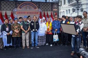"""Presiden Jokowi menyaksikan pembacaan Deklarasi """"Jabar Kondusif"""" oleh 146 Komunitas Kreatif, di Jl. Braga, Bandung, Jabar, Minggu (11/11) sore. (Foto: AGUNG/Humas)"""