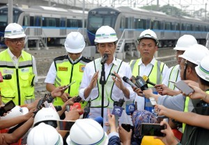 President Jokowi answers reporters' question after riding the MRT from Hotel Indonesia traffic circle to Lebak Bulus Depot, Jakarta, Tuesday (6/11). (Photo by: Jay/Public Relations)