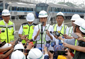 Presiden Jokowi menjawab wartawan usai menjajal MRT dari Stasiun Bundaran HI ke Depo Lebak Bulus, Jakarta, Selasa (6/11) pagi. (Foto: JAY/Humas)