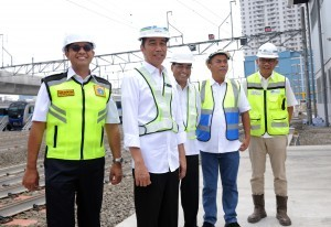 President Jokowi accompanied by Minister of Transportation, Governor of Jakarta and Head of Jakarta House of Representatives (DPRD) observes MRT Station, at Lebak Bulus, Jakarta, Tuesday (6/11). (Photo: JAY/PR)
