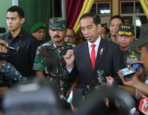 Presiden Jokowi didampingi Panglima TNI dan Jenderal Moelyono menjawab wartawan usai menghadiri Apel Danrem – Dandim Terpusat Tahun 2018, di Pusat Persenjataan Infantri (Pussenif), Kodiklat TNI AD, Kota Bandung, Senin (26/11) siang. (Foto: Setpres)