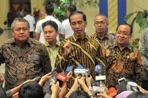 Presiden Jokowi menjawab wartawan usai menghadiri Pertemuan Tahunan BI, di JCC Jakarta, Selasa (27/11) siang. (Foto: JAY/Humas)