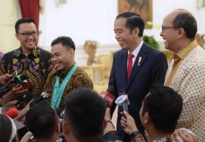 Presiden Jokowi, Menpora, dan Ketua Umum PB PABBSI mendampingi Eko Yulis menjawab wartawan, di Istana Merdeka, Jakata, Kamis (8/11) pagi. (Foto: Rahmat/Humas)