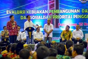 Presiden Jokowi berdialog dengan warga pada Evaluasi Kebijakan Pembangunan dan Pemberdayaan Masyarakat Desa dan Sosialisasi Prioritas Penggunaan Dana Desa Tahun 2019, di Palembang, Minggu (25/11) sore. (Foto: AGUNG/Humas)