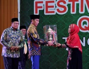 Presiden Jokowi menyerahkan piala kepda juara umum Festival Bintang Vokalis Qasidah Gambus Tingkat Nasional Tahun 2018 Lembaga Seni dan Qasidah Indonesia (LASQI), di Asrama Haji Pondok Gede, Jakarta Timur, Kamis (29/11) malam. (Foto: Setpres)