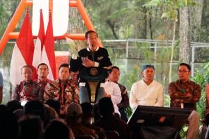 Presiden Jokowi menunjukkan SK Izin Pemanfaatan Hutan dalam penyerahan program perhutanan sosial, di Taman Hutan Raya Ir. H. Djuanda Bandung, Bandung, Jawa Barat, Minggu (11/11) sore. (Foto: Fitri/Humas)