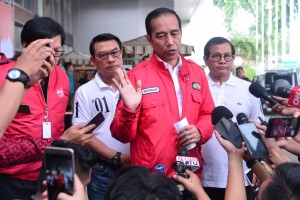 Presiden Jokowi menjawab pertanyaan wartawan usai acara IMOS 2018 di Jakarta Convention Center (JCC), Senayan, Jakarta, Sabtu (3/11). (Foto: BPMI)
