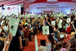 Presiden saat menyerahkan sertifikat bidang tanah kepada warga kota Tangerang di halaman Mal Alam Sutera, Tangerang, Minggu (4/11) siang. (Foto: Humas/Rahmat)