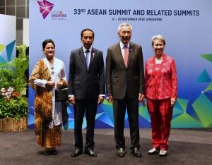 Presiden Jokowi dan Ibu Negara Iriana disambut oleh PM Singapura dan istri pada KTT ke-33 ASEAN di Singapura, Selasa (13/11). (Foto: BPMI)