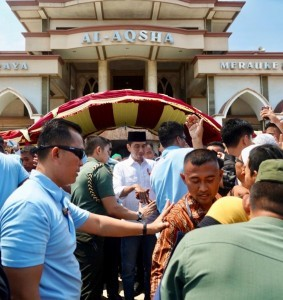 President Jokowi greets the Merauke residents after performing Friday Prayer at the Al-Aqsha Mosque, Merauke Regency, Papua Province, Friday (16/11). (Photo by: Bureau of Press, Media and Information).