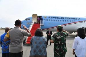 Presiden Jokowi bertolak menuju PNG dari Mopah di Kabupaten Merauke, Provinsi Papua dengan menggunakan Pesawat Kepresidenan Indonesia-1, Sabtu (17/11). (Foto: BPMI)