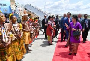 Presiden Jokowi dan Ibu Negara Iriana saat tiba di Bandar Udara Internasional Jackson, Port Moresby, Papua Nugini, Sabtu (17/11). (Foto: BPMI)