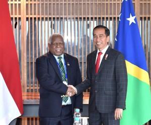 Presiden Jokowi bertemu PM Rick di Hotel Hilton, Port Moresby, Sabtu (17/11). (Foto: BPMI)