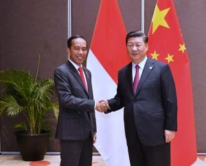 President Jokowi meets with President Xi Jinping at the Stanley Hotel, Port Moresby, Saturday (17/11). (Photo by: BPMI Presidential Secretariat)
