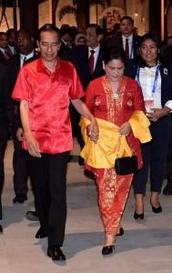 Presiden dan Ibu Negara dalam acara Gala Dinner APEC di Kutubu Convention Center, Port Moresby, Sabtu (17/11). (Foto: BPMI)