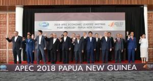 Presiden Jokowi berfoto bersama dengan para kepala negara/pemerintahan dalam forum APEC di Papua Nugini, Sabtu (17/11). (Foto: BPMI)