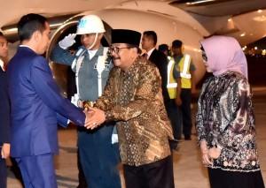 Presiden Jokowi disambut Gubernur Jawa Timur Soekarwo saat di Bandar Udara Internasional Juanda, Surabaya, Provinsi Jawa Timur, Minggu (18/11). (Foto: BPMI)