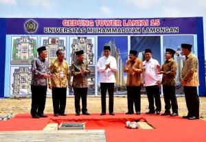 Presiden Jokowi saat peletakan batu pertama pembangunan tower Universitas Muhammadiyah Lamongan, Senin (19/11). (Foto: BPMI).