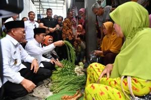 Presiden Jokowi saat menyambangi pasar tradisional Sidoharjo di Kecamatan Lamongan, Jawa Timur, Senin (19/11). (Foto: BPMI).