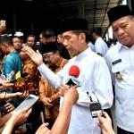 Presiden Jokowi menjawab pertanyaan wartawan di Lamongan, Jawa Timur, Senin (19/11). (Foto: BPMI)