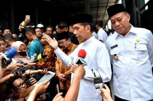 President Jokowi answers questions from reporters in Lamongan, East Java province, Monday (19/11)
