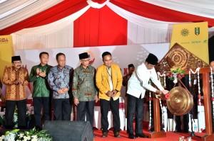 Presiden Jokowi memukul gong sebagai tanda Pembukaan Muktamar ke-21 IPM di Universitas Muhammadiyah Sidoarjo, Kabupaten Sidoarjo, Jawa Timur, Senin (19/11). (Foto: BPMI)