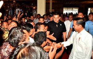 Presiden menyalami peserta yang hadir dalam sarasehan di Gedung Pusat Rekreasi dan Promosi Pembangunan (PRPP), Kota Semarang, Kamis (22/11). (Foto: BPMI)