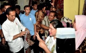 Presiden dan Ibu Negara saat mengunjungi Pasar Grosir Setono, Kota Pekalongan, Kamis (22/11). (Foto: BPMI).
