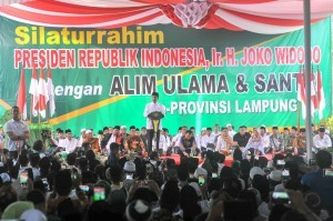 President Jokowi attends an event with Ulemas and santris at Darussalamah Islamic Boarding School, Braja Dewa, Lampung Province, Friday (23/11). (Photo: PR)