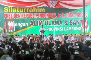 Presiden Jokowi saat mengikuti acara di Ponpes Darussalamah, Braja Dewa, Lampung Timur, Lampung, Jumat (23/11). (Foto: Humas)